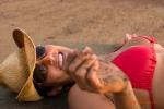 Riendose en la arena. Lauging in the sand